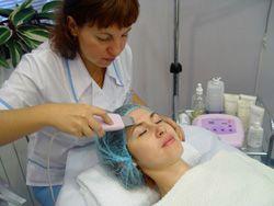 Ультразвуковая чистка лица специальным аппаратом - ультразвуковым скрабером.