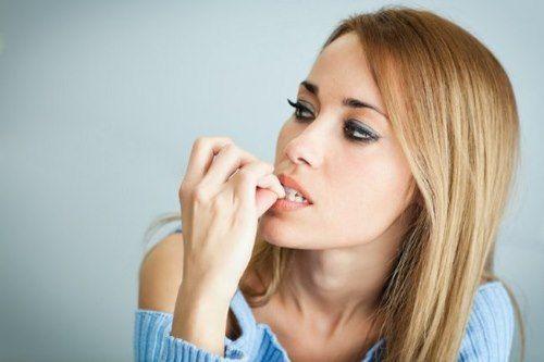 Патологическое изменение ногтевой пластины у любителей «грызть» ногти