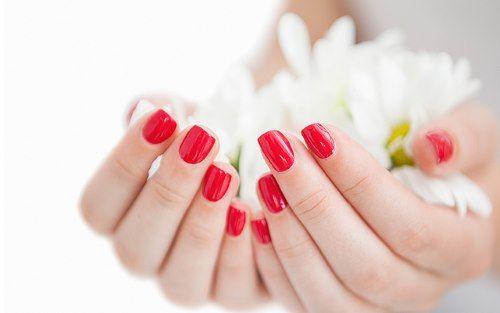 Лак для ногтей временно скроет дефекты ногтя