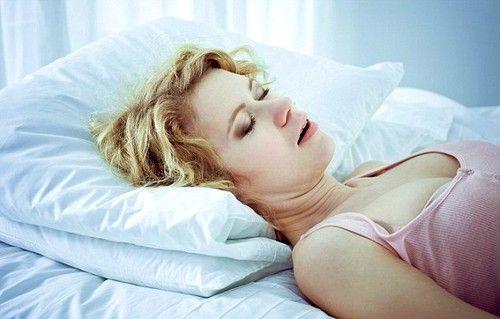Ako je žena hrkanje u snu i ona povremeno zaustavlja disanje, to svjedoči o redovnom kršenje respiratornog ritma