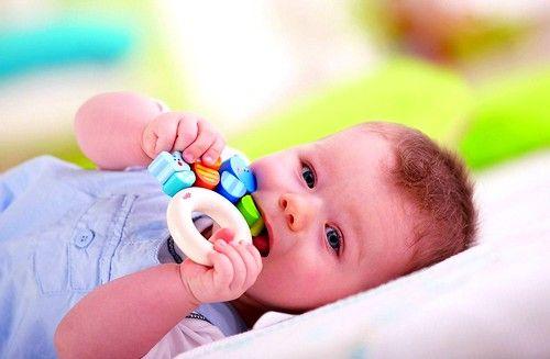 первые признаки появления зубов у грудничков, проявляются в 4-7 месяцев