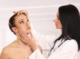 Consultarea cu un specialist înainte de a scoate birthmarks roșu