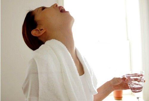 Хорошо помогает на начальной стадии ангины полоскание горла с помощью содово-соляно-йодного раствора