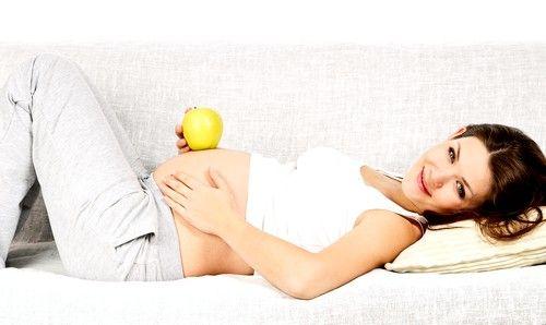 С мажущими кровянистыми выделениями представительницы прекрасного пола сталкиваются и на первых этапах беременности