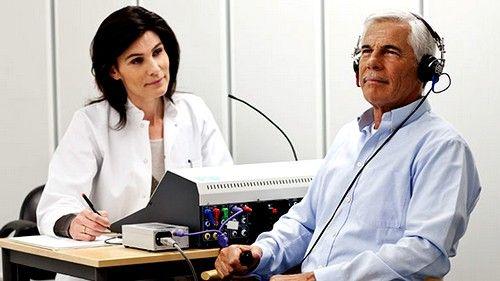 В качестве дополнительных диагностических мер может быть использован слуховой тест