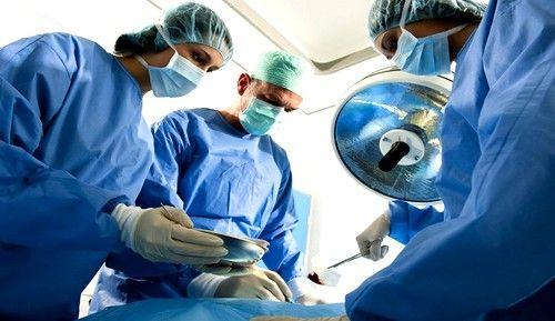 В случае, когда болезнь поражает тонкую кишку, и протекает остро, больному удаляют пораженный участок органа