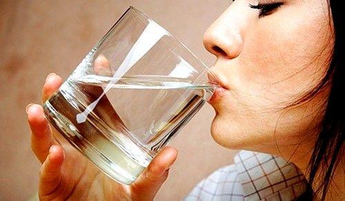 Deficitul în fluidul corpului poate fi cauza de gură uscată