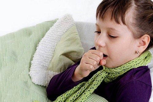 Отмечается сухой кашель без мокроты или с небольшими вязкими выделениями