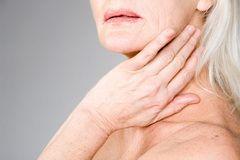 Припухлость в области ушей, челюсти и шеи - первые симптомы воспаления слюнной железы